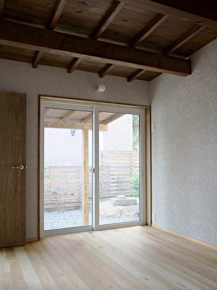居心地の良い個室。小屋裏が外まで続いています。