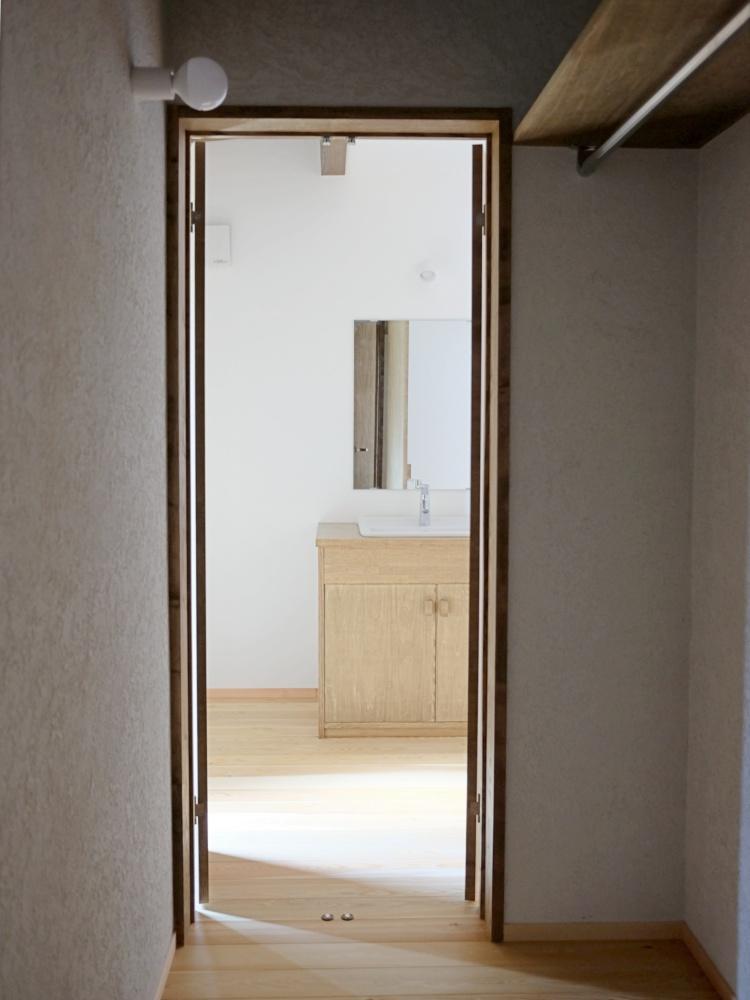 寝室と脱衣室を行き来できるウォークスルー収納。