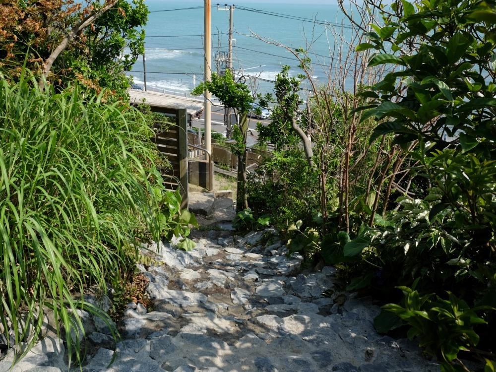 防風を兼ねた垣根の隙間に石畳の階段が続きます