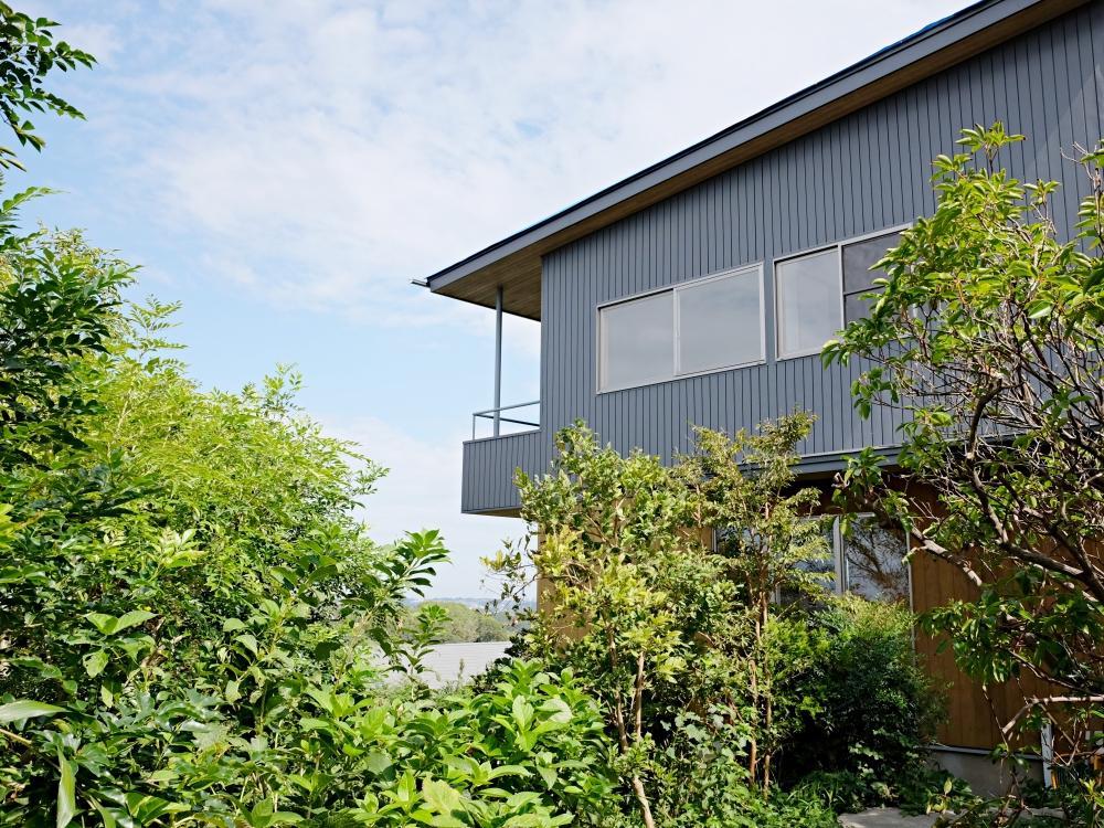 鎌倉山のきわに頭ひとつ飛び出た一軒家。風がスゥーっと抜けていきます。