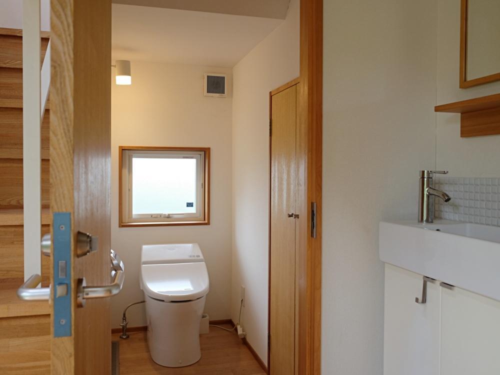 1階|階段下にもトイレと手洗器があり、来客時に重宝しそう。
