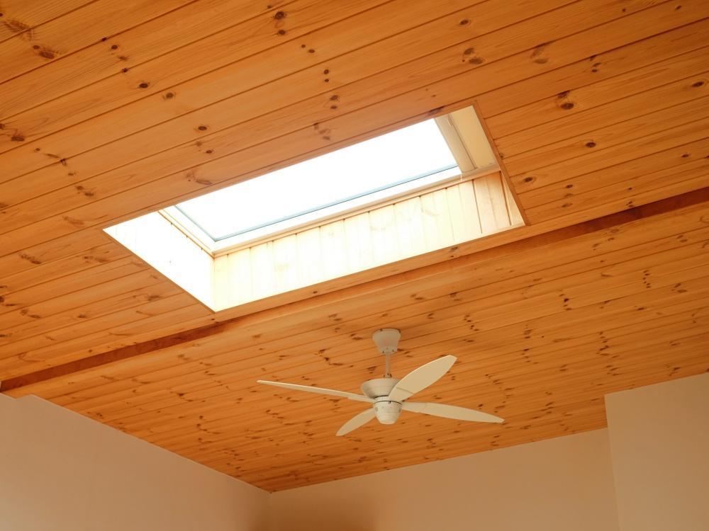 2階|無垢板貼りの勾配天井にはトップライトとシーリングファン