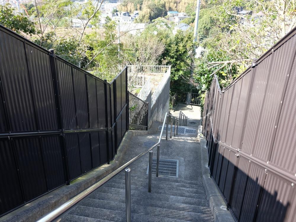 バス停から敷地までは階段と坂道。脚力つきそうです。