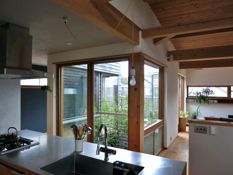 キッチン|中庭吹き抜けやリビングが見える