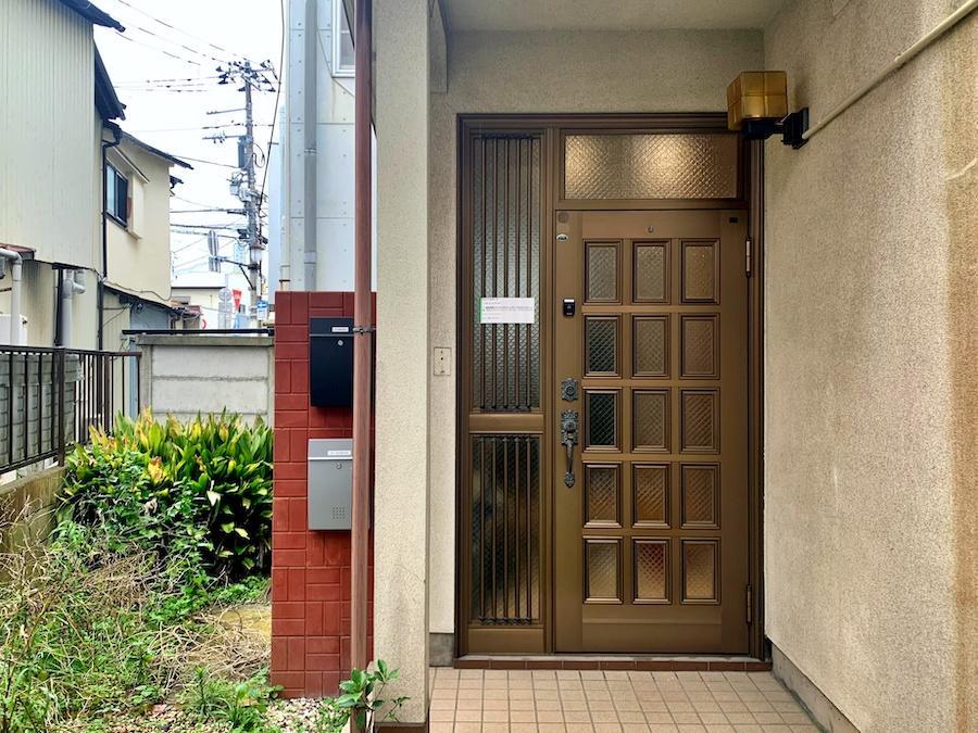 玄関は思いっきり住宅的な顔をしています