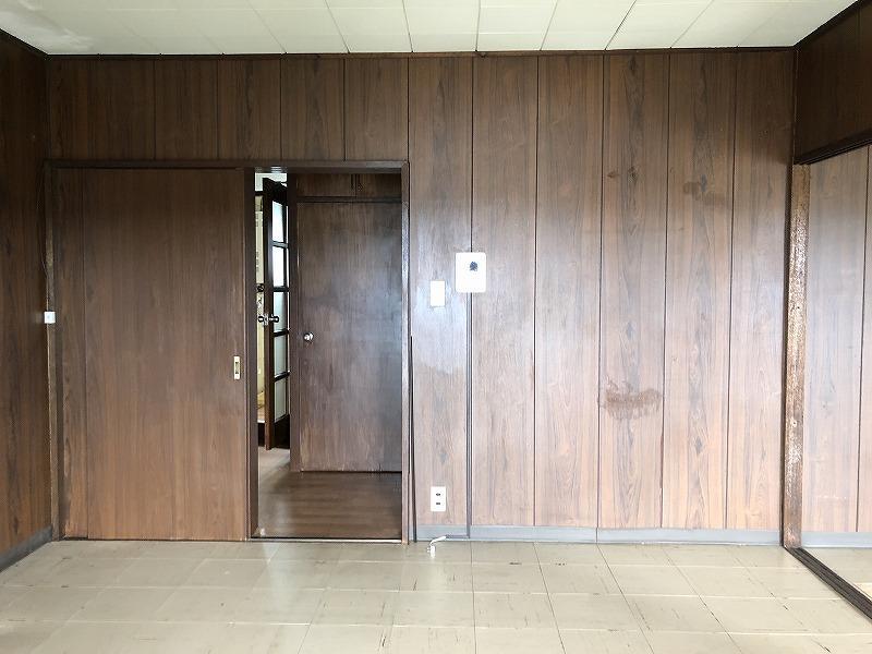 リビングに相当するところ。壁はいい感じ、床、天井もこのままでもいいし、新たにシートを貼っても良さそう。