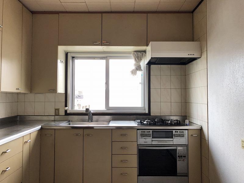 キッチンは収納たくさんで使いやすそう。北側の窓が優しい光を届けます。