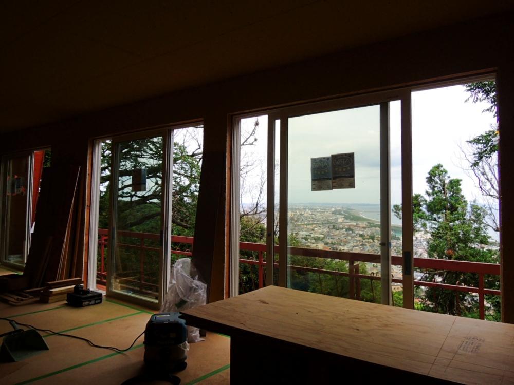 海側にひらけた窓からの風が気持ちいい