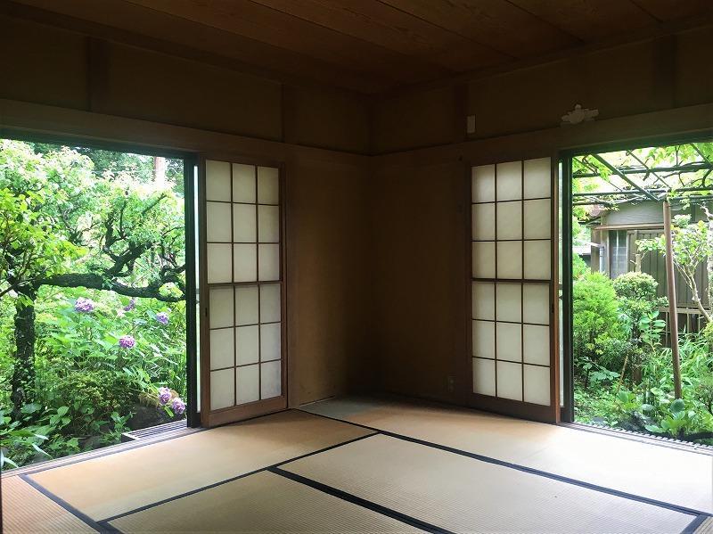 1階和室。二方向の窓がとてもいい雰囲気