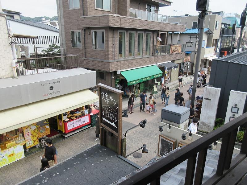 2階から小町通の賑わいを見る