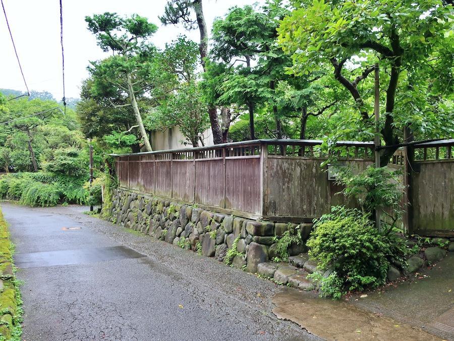 外観|石垣に板塀、そして木々が通りの風景をつくる