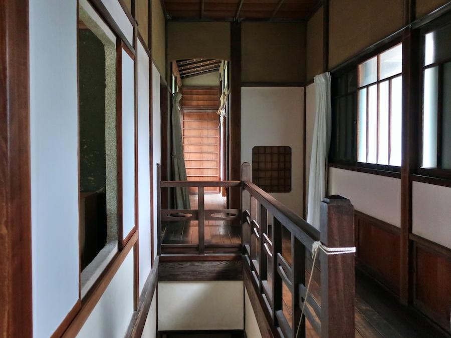 2階階段踊り場|艶のある木製手摺り
