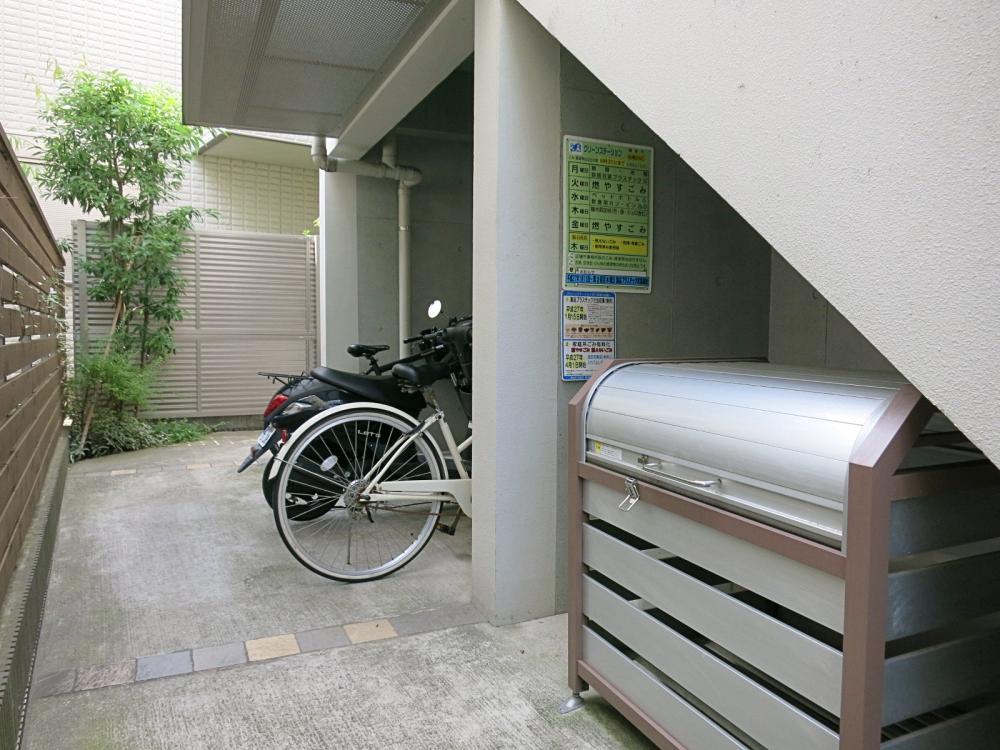 【共用部】駐輪場とゴミ捨て場。