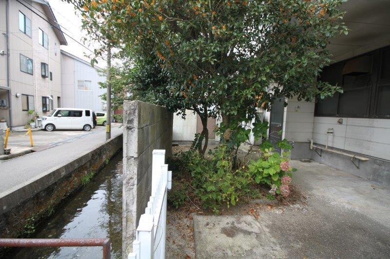 用水から建物までのスペースもたっぷり。