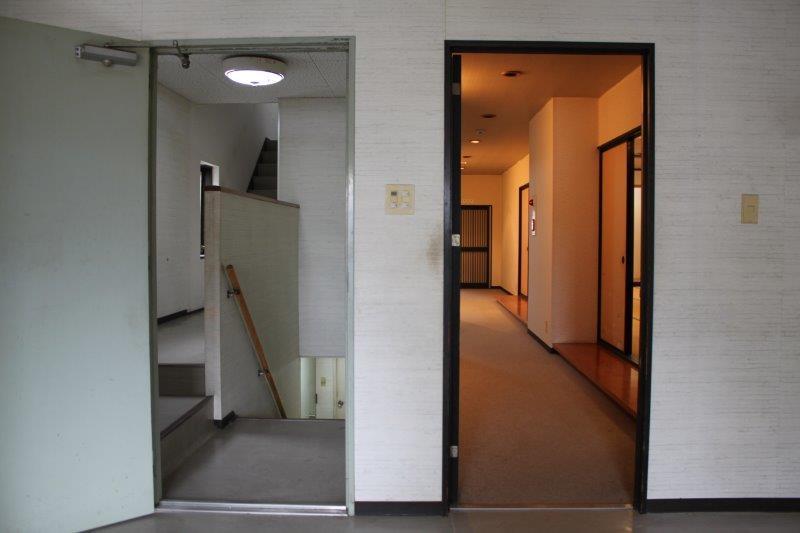 右が宴会場、左が住居スペースへ続く階段。