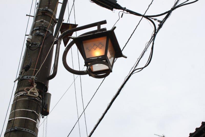 建物前の道路にはガス灯風の街灯が灯ります。