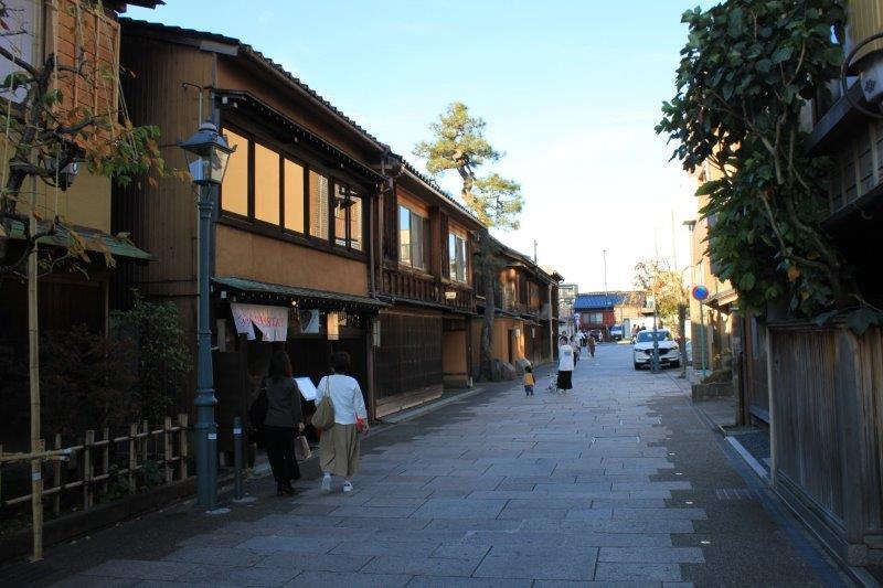にし茶屋街は目と鼻の先。徒歩1分ほどです。