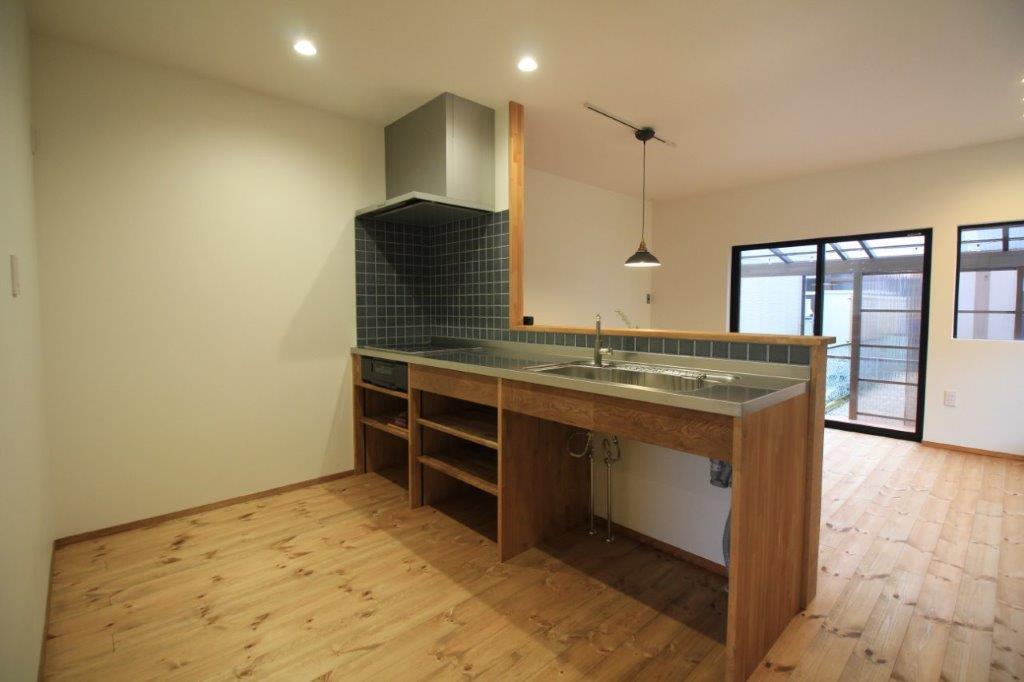 余裕のあるスペースに配置されたタイルが良い味出してる造作キッチン