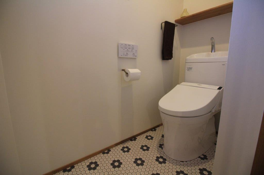 トイレの床もタイル調