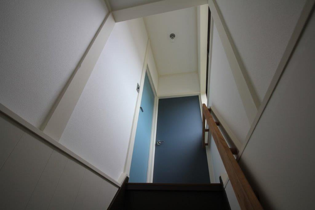 2階のお部屋の扉も、マリン系の淡い配色