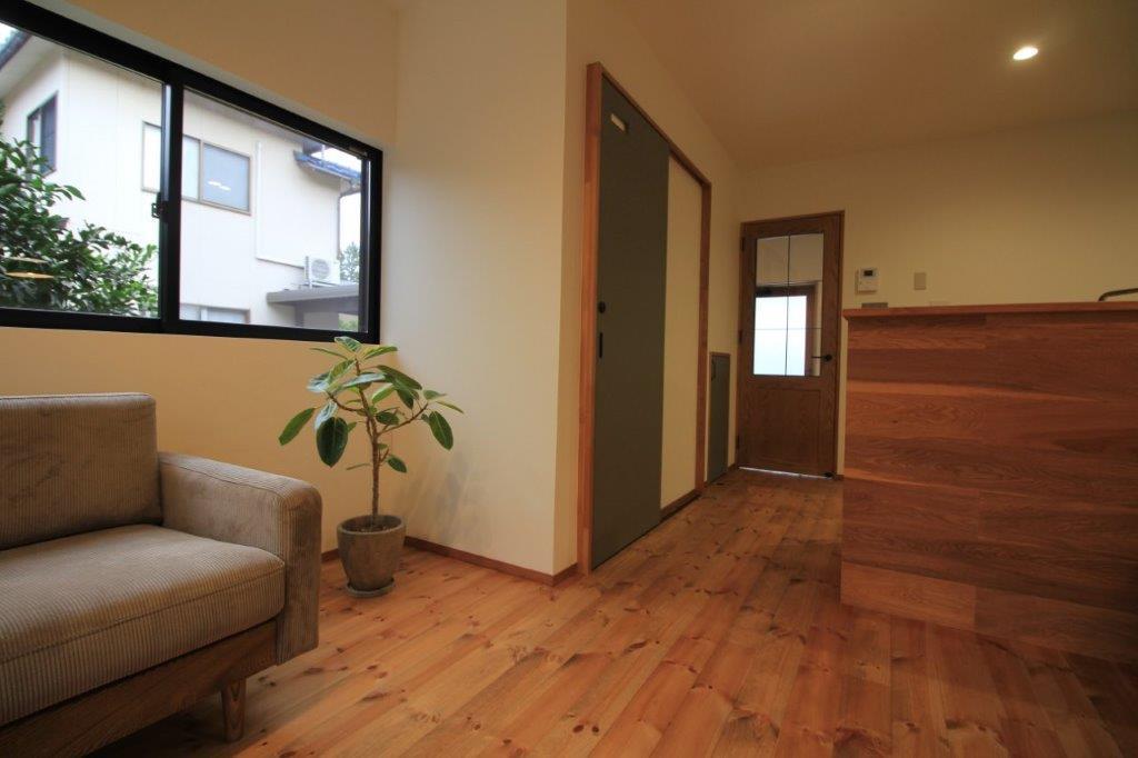 植物が似合う空間。窓の外は隣家のお庭、借景お借りしてます。写真、真ん中の扉がトイレです