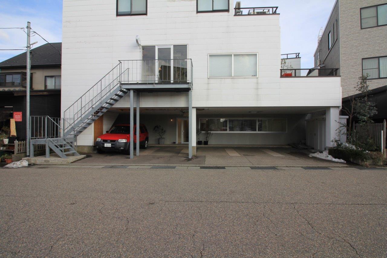 1階フロアの前面は駐車場。(専用駐車場スペース1台、賃料込み)鉄骨階段の上は美容室