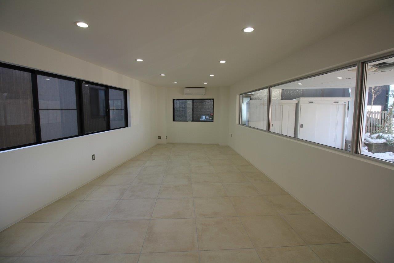 3面に窓があり、奥行のある台形の空間