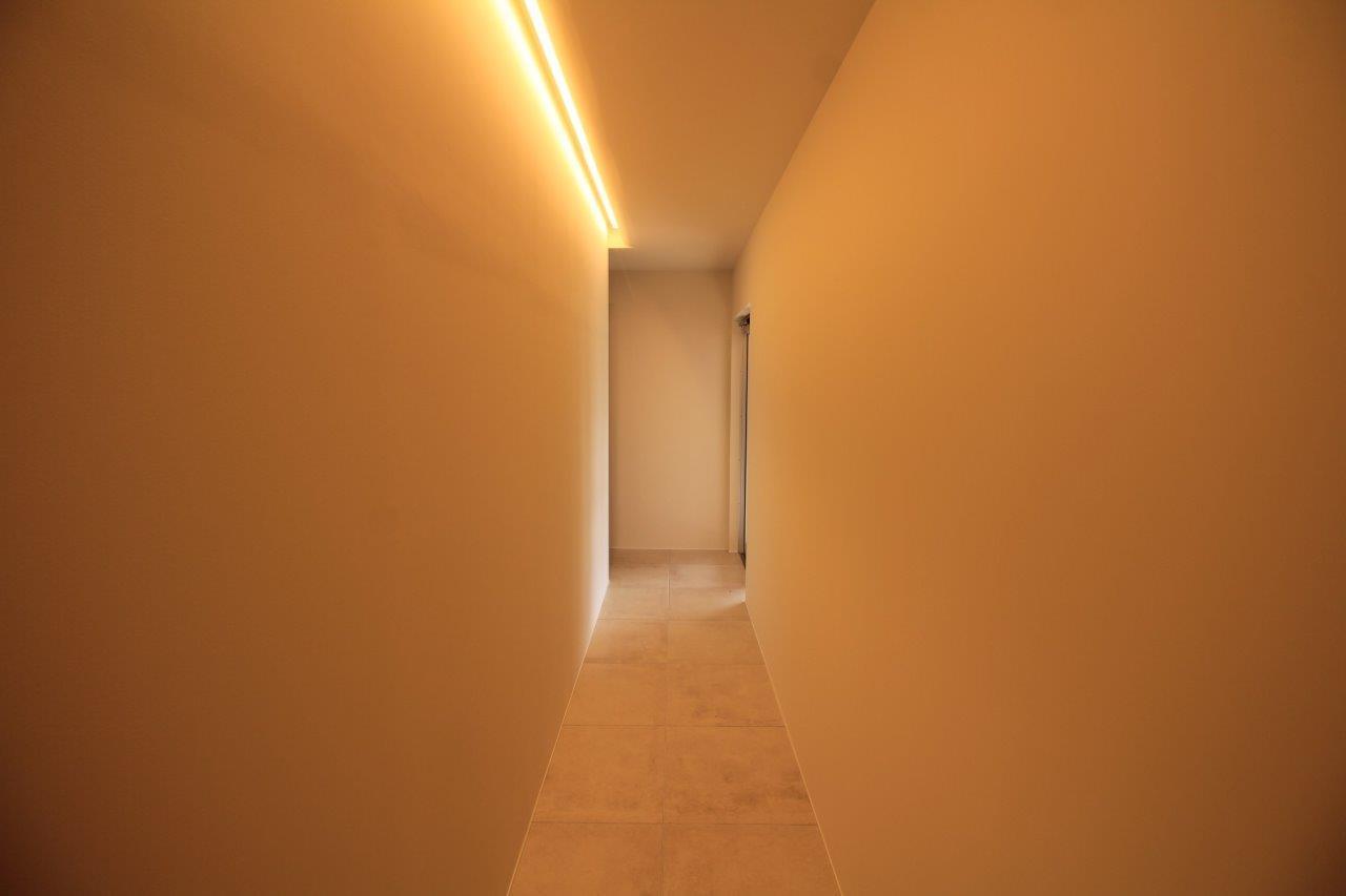 間接照明の共用廊下