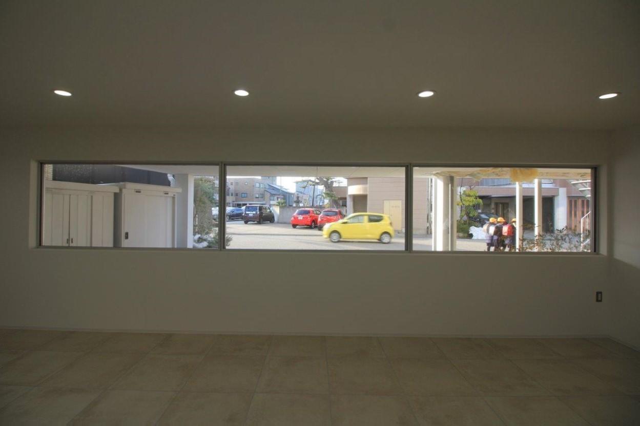 駐車場側の間口いっぱいに設けられたFIX窓。雰囲気あります