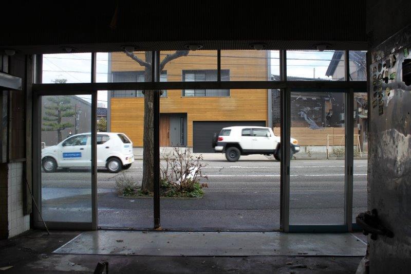 1階店舗スペースから。もともと開口は大きいのでお店づくりはしやすいかと。