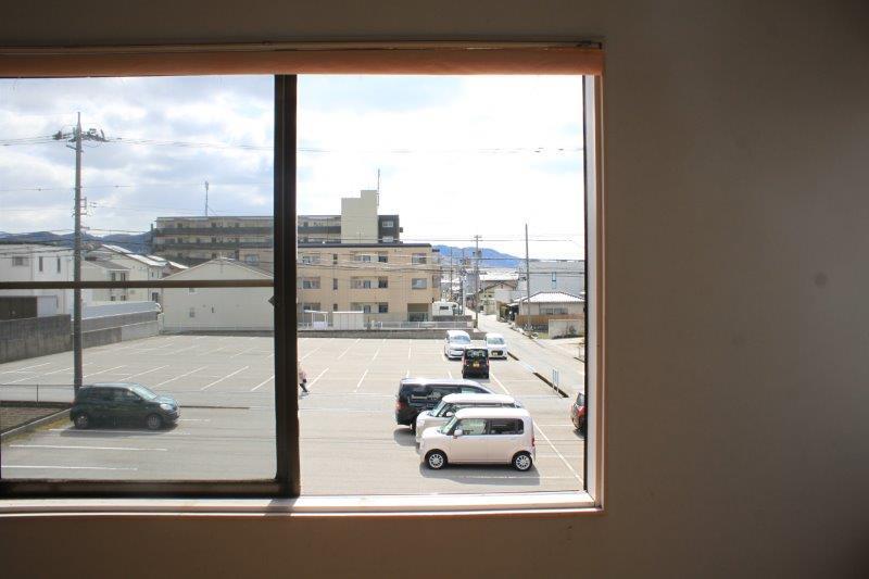 2階洋室から。山ものぞいています。春は、山に咲く桜も見えるとか!