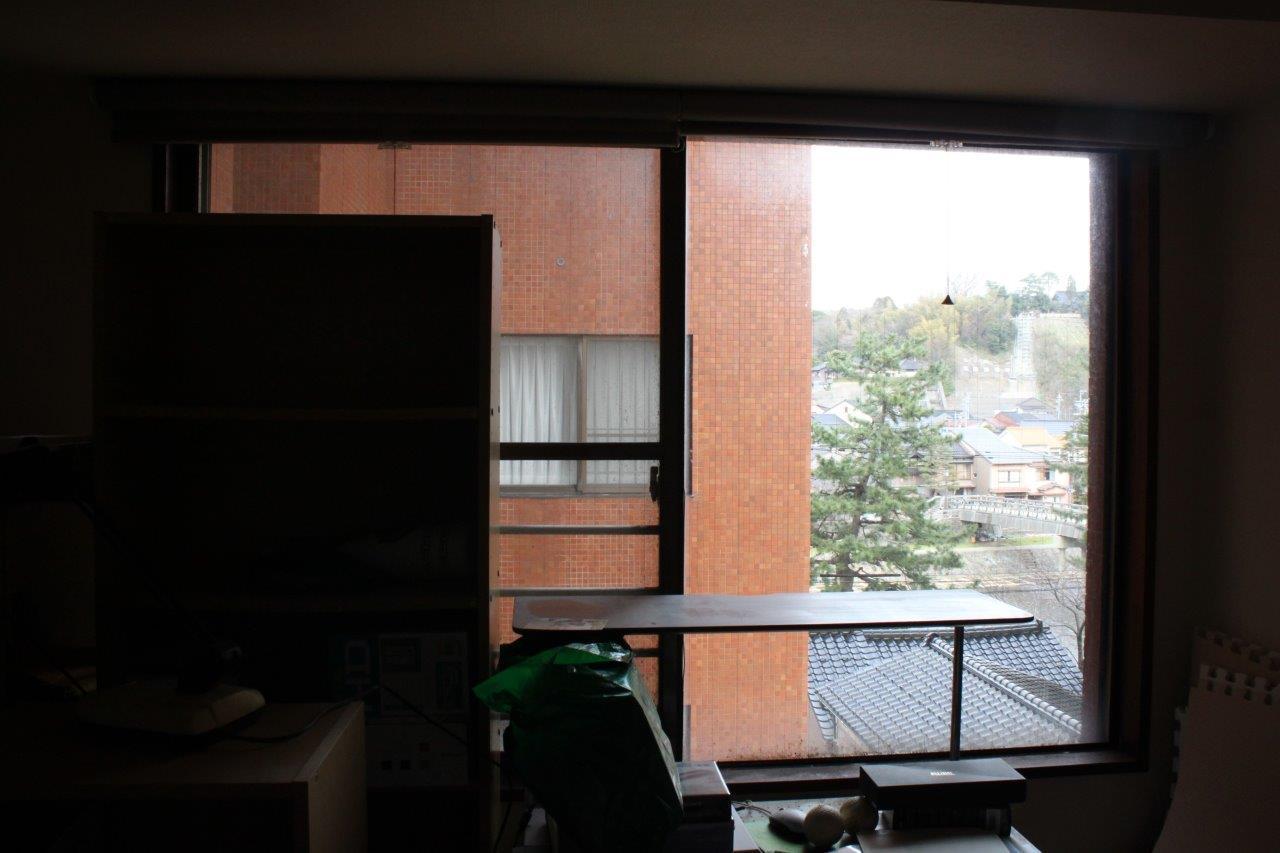 洋室からの浅野川ビュー。建物と建物の間から「梅ノ橋」がバッチリ見えます