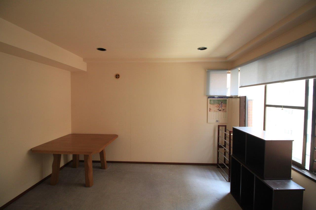 北側の洋室。西側の窓から光が差し込みます