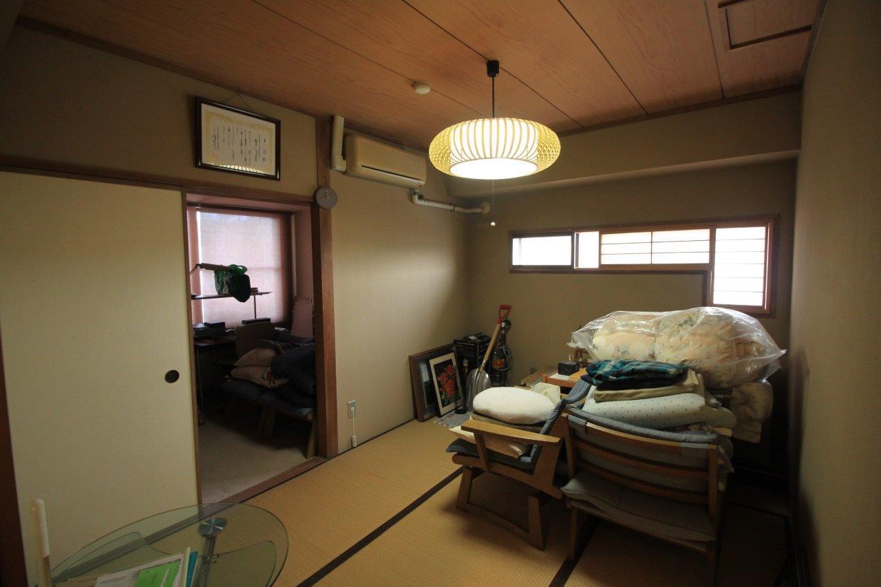 6帖の和室。窓の形が面白い