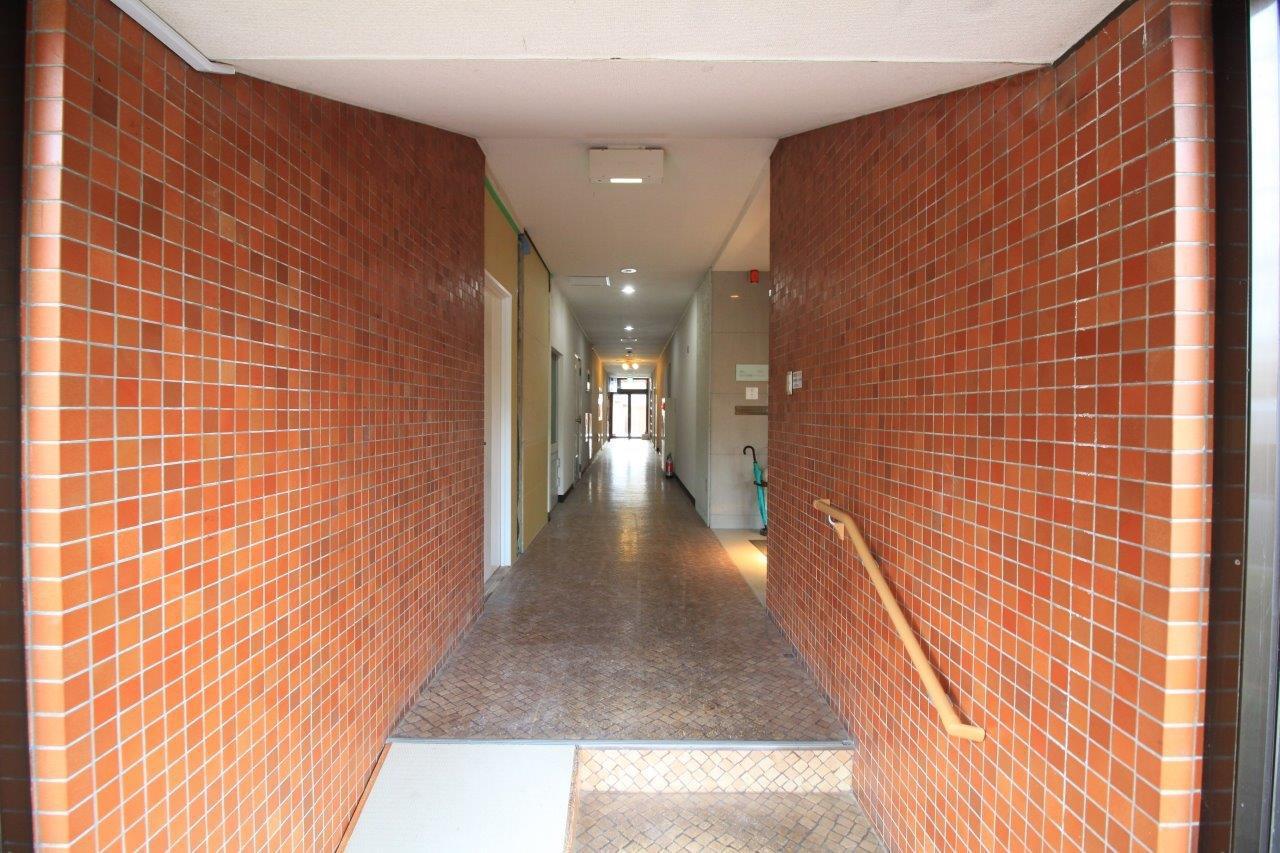 1階エントランス。1階は店舗となっており、歯医者・整体・ジムが入っています