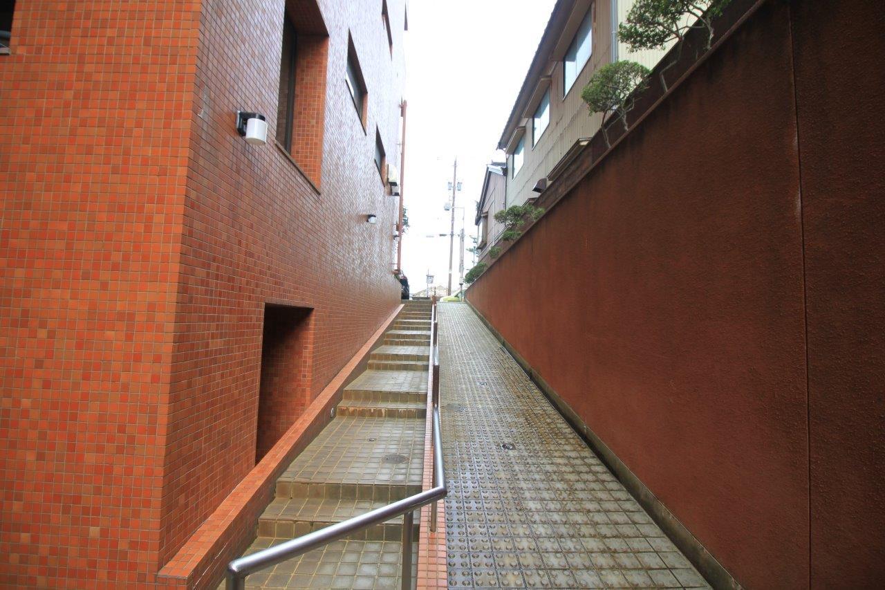 住民用エントランスにつながる階段とスロープ