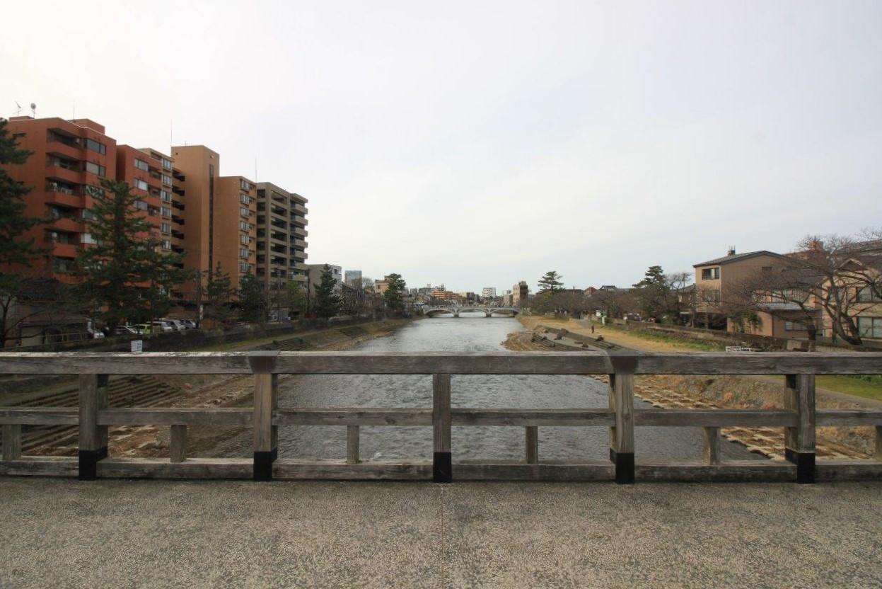梅ノ橋から。左側が並木町のマンション群、右側がひがし茶屋街