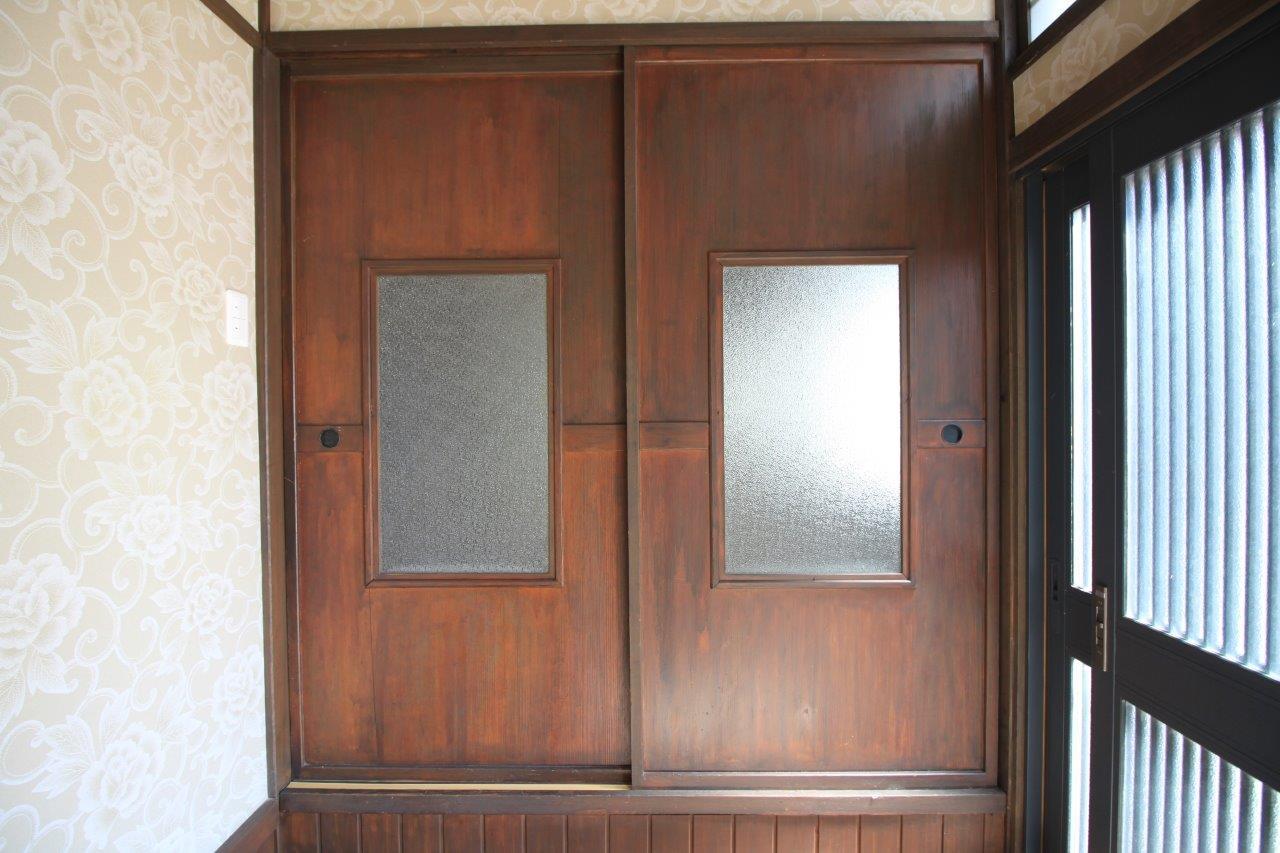 玄関の木製扉を開けると、