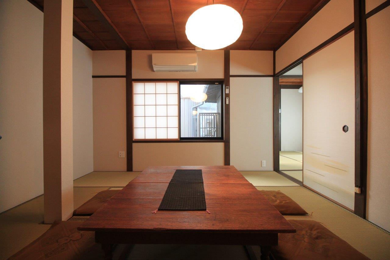 北側の和室、窓の外は坪庭