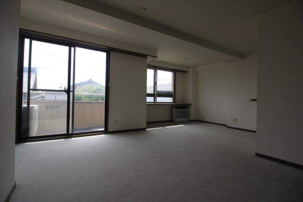 床材は絨毯。フローリングに張替えするのもあり
