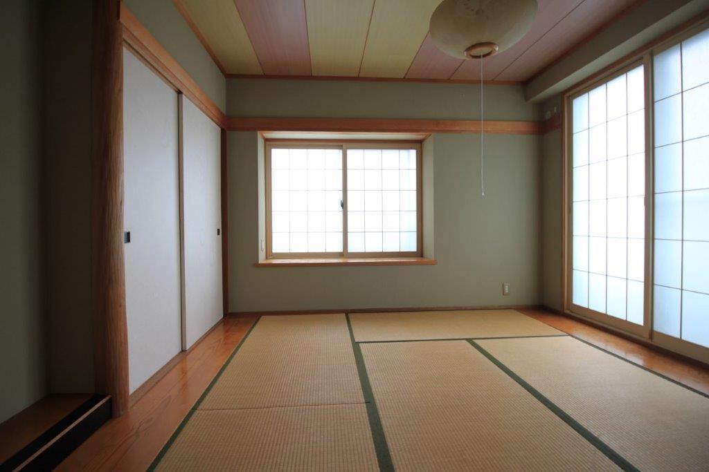 床の間付の和室。ここをフローリングにしてリビングと一体利用しても良し