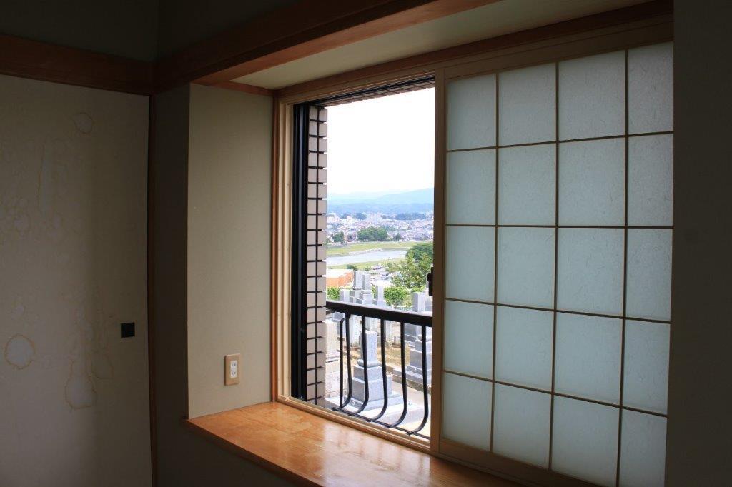 和室からの眺め。窓際に座って起伏のある景色を眺めたい