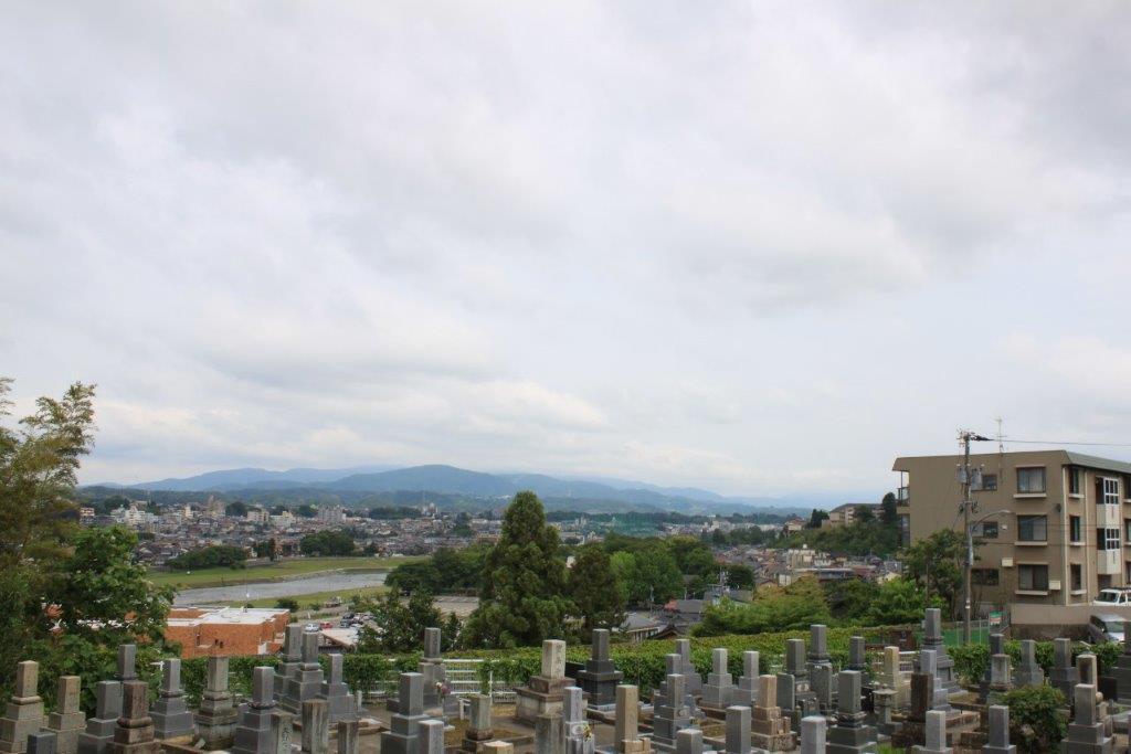 東側のお隣はしっかり管理されているお墓。その奥の犀川ビュー