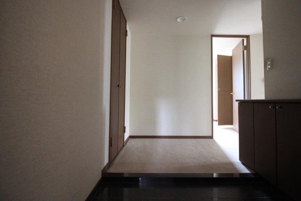 玄関も広々。各の部屋の扉を開ければ玄関まで外の光が届きます