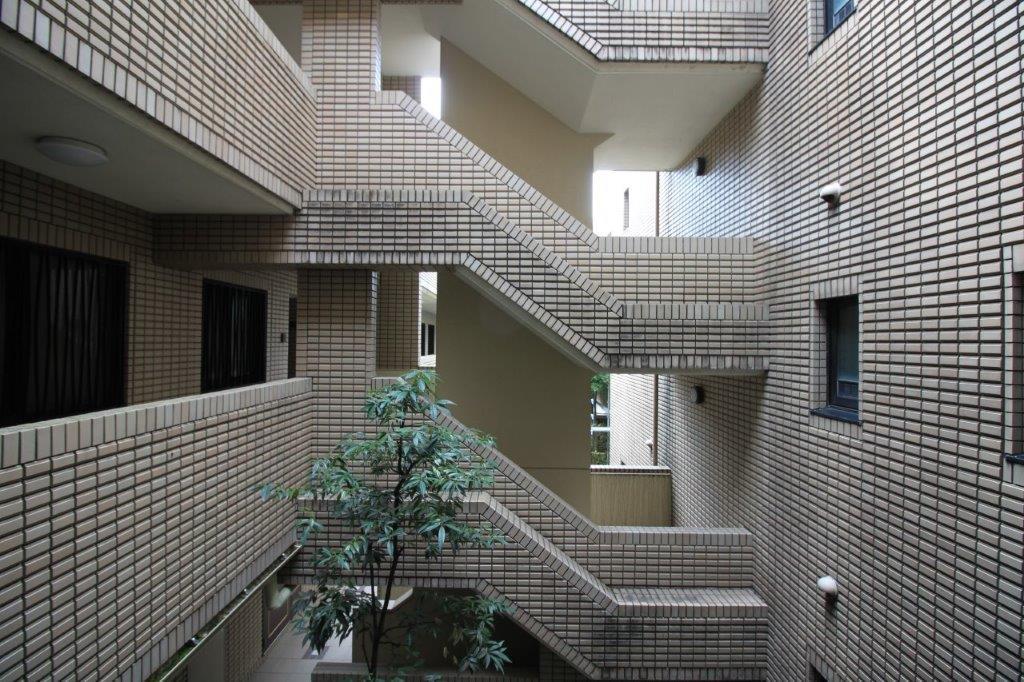 横に長い建物で、中庭を囲むように住戸が配置されています