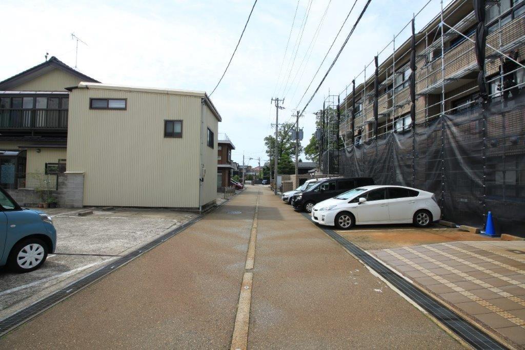 前面道路。大通りから入ったところにこのマンションはあります