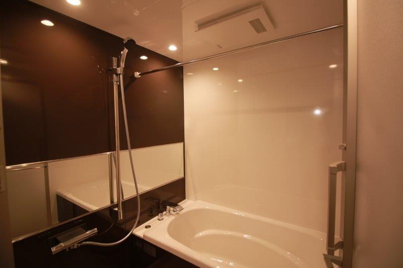 ホーロー製の浴槽。北陸暮らしにうれしい浴室乾燥機付き。
