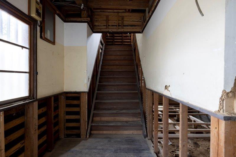 【スケルトン棟】階段。幅が広くて学校みたい。