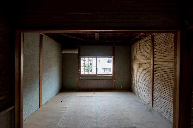 【スケルトン棟】2階には、1室だけ少しゆったりした8畳の和室。