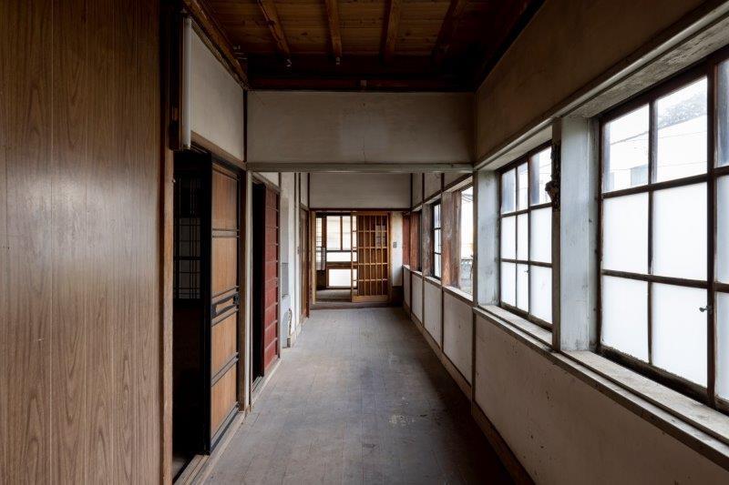 【レトロ棟】広々とした廊下。